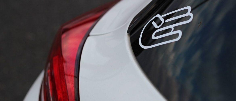 Adesivi sulle auto: cosa dice il Codice della Strada